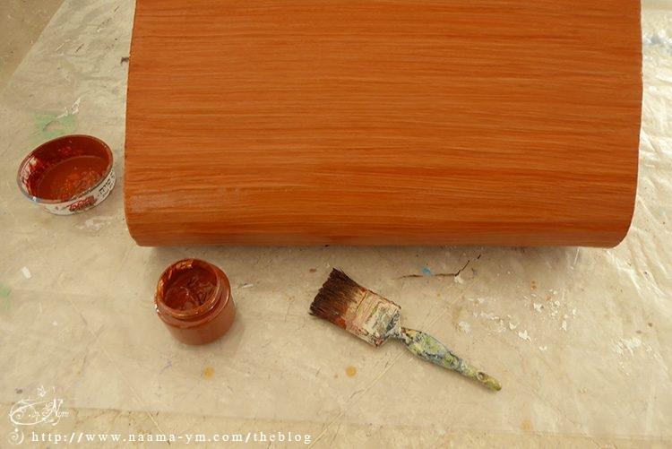צביעת כסא הקרטון באפקט של עץ