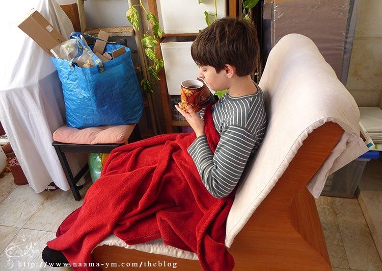 אופיר שותה תה על כסא הנדנדה שהכנתי